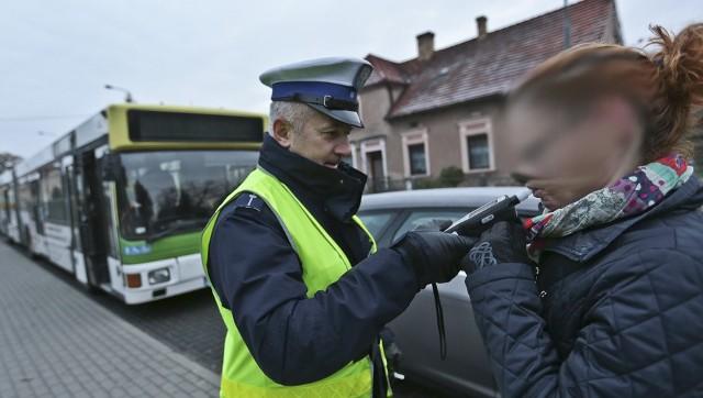 Kolizja z autobusem dla kierującej fordem zakończyła się mandatem oraz punktami karnymi.