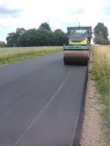 Na drodze w Łobzowie i Jeżówce pojawił się już długo wyczekiwany przez kierowców asfalt [ZDJĘCIA]