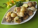 Pomysł na obiad. Zapiekanka z młodymi ziemniaczkami, klopsami i zieleniną [PRZEPIS]