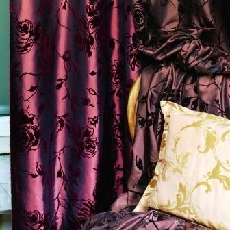 Do wysłaniania okien doskonale nadają się zasłony z tkanin takich jak tafty gładkie, flokowane, plisowane czy haftowane