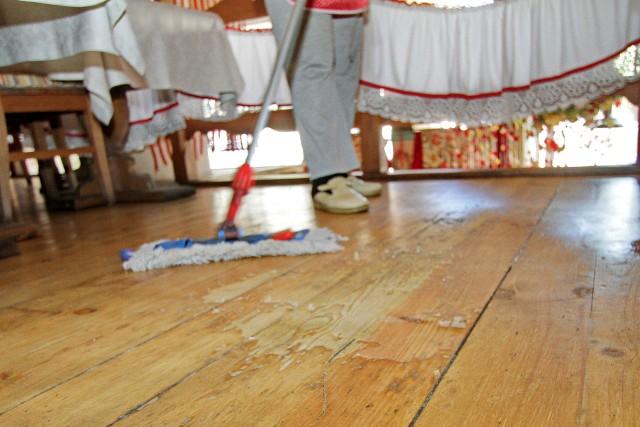 Dobrze wykonana i zakonserwowana drewniana podłoga służyć będzie latamiRenowację podłóg drewnianych należy zacząć od ich starannego umycia i wyczyszczenia.
