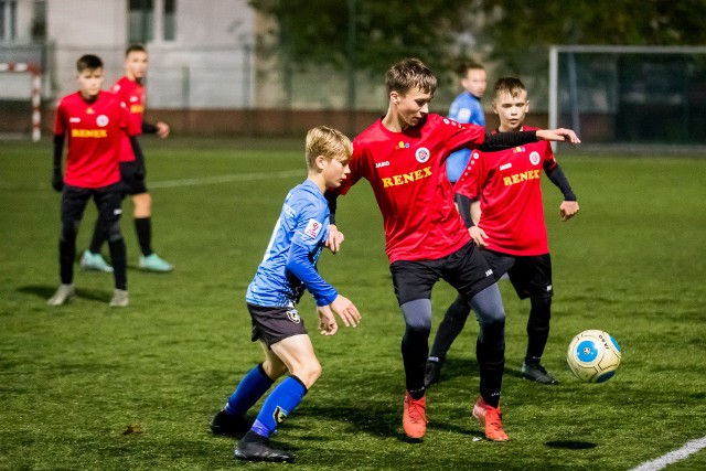 W derby Bydgoszczy Chemik Moderator (czerwone koszulki) uległ MUKS CWZS 0:3