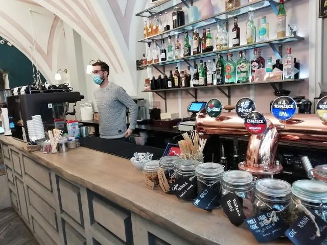 Niektóre restauracje i kawiarnie otworzyły się mimo zakazu, bo z jedzenia oferowanego tylko na wynos nie były w stanie się utrzymać. Branża gastronomiczna ucierpiała w pandemii i może skorzystać z tarczy antykryzysowej.