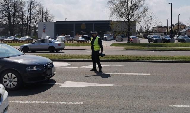 """Podczas ostatniej akcji """"Prędkość"""" na terenie pow. łomżyńskiego w piątek i poniedziałek policjanci skontrolowali w sumie 186 pojazdów. Aż w 160 przypadkach kierowcy przekroczyli dozwoloną prędkość."""