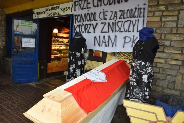Pracownicy PKS Częstochowa zorganizowali symboliczny pogrzeb przedsiębiorstwa Zobacz kolejne zdjęcia. Przesuwaj zdjęcia w prawo - naciśnij strzałkę lub przycisk NASTĘPNE