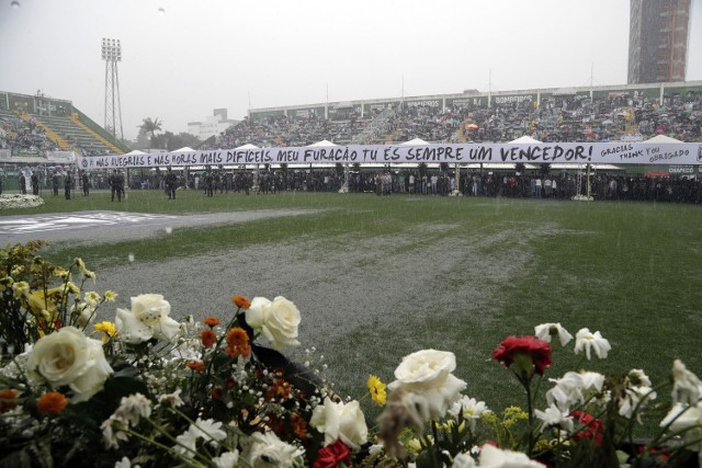 Trumny z ciałami piłkarzy Chapecoense wystawione na stadionie