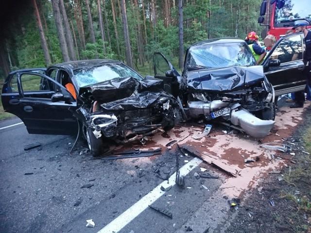 Policjanci wstępnie ustalili, że 60 letni kierowca opla corsy, zjechał na przeciwległy pas drogi i czołowo zderzył się z samochodem kia sportage, którym podróżowały cztery osoby. Dwie kobiety w wieku 35 i 38 lat oraz dwoje dzieci w wieku  7 i 8 lat.  Siła uderzenia była tak duża, że wszyscy uczestnicy wypadku z poważnymi obrażeniami ciała trafili do szpitali w Tomaszowie i Opocznie, a następnie decyzją lekarzy  czworo z uczestników zdarzenia trafiło do dwóch łódzkich szpitali. Czytaj więcej, zobacz zdjęcia