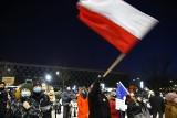 """Kraków. Protest w obronnie wolnych mediów. """"Mały nikczemny człowiek znów wyciągnął ludzi na ulice"""""""