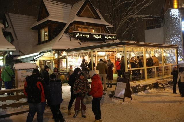 W pierwszy weekend po poluzowaniu restrykcji w Zakopanem odbywały się zawody Pucharu Świata w skokach narciarskich. Wprawdzie bez dostępu kibiców, ale nie zniechęciło to do przyjazdu tysięcy Polaków z całego kraju.