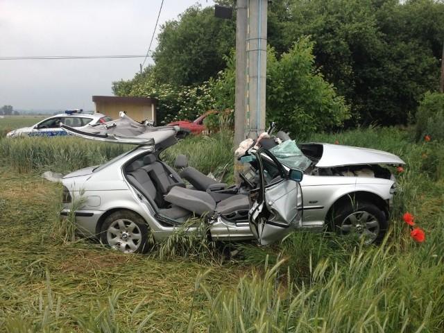 Lekarz stwierdził zgon. Policjanci wyjaśniają przyczyny wypadku. Kierowca podróżował sam. Straty oszacowano na 15 tys. złotych.