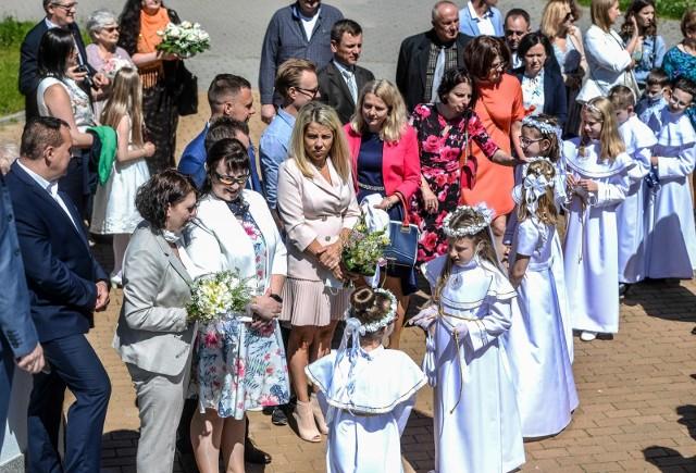 W najbliższą niedzielę w Archikatedrze Łódzkiej odbędzie się uroczystość Pierwszej Komunii Świętej, którą przełożono w wiosny. Z powodu pandemii są one skromniejsze niż w ubiegłych latach. W kościele dzieci nie niosą darów, najczęściej ubrane są mniej wystawnie niż przed rokiem, a przyjęcia po mszy świętej nie wyglądają jak małe wesela. – Jest godniej, spokojniej i bardziej normalnie – mówią nasi rozmówcy. WIĘCEJ NA KOLEJNYCH SLAJDACH