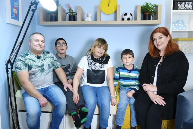 W odcinku najpierw poznaliśmy historię rodziny z Poniatowa, którą odwiedziła Katarzyna Dowbor. Pani Katarzyna Karwulewicz, mama Patryka opowiadała o chorobie syna, którego przez wiele lat wychowywała sama. Później związała się z panem Arkadiuszem i urodził się Franek. 6-latek ujął Katarzynę Dowbor swoją dojrzałością i miłością do 19-letniego brata.Zobaczcie zdjęcia przed i po remoncie>>>>