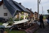 """Trąba powietrzna w Kaniowie zrywała całe płaty dachów. """"Jezus! Patrz co się dzieje"""". Mieszkańcy przerażeni. Potężny wiatr uszkodził 22 domy"""