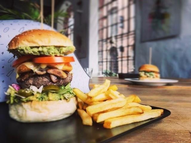 Rozpoczyna się Jemy w Domu Burger Fest, czyli specjalna, koronawirusowa edycja popularnego łódzkiego festiwalu burgerów. Tym razem w czasie epidemii łódzkie restauracje razem z portalem Jemy w Łodzi zapraszają do spróbowania kilkudziesięciu niezwykłych burgerów z dowozem do domu.Na kolejnych zdjęciach: jakie burgery przygotowały festiwalowe restauracje i w jaki sposób można je zamówić do domu.