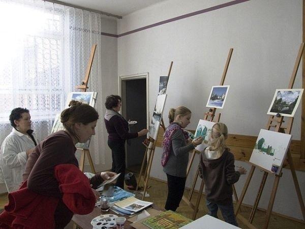 Przez dwa dni w Miejsko-Gminnym Ośrodku Kultury w Baranowie Sandomierskim malowali artyści, u boku, których swoich sił próbowały dzieci i młodzież.