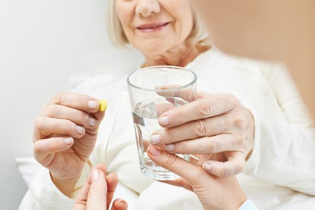 Czy biorąc tabletkę zastanawiasz się czym popijać leki? Jeśli uważasz, że to bez znaczenia to jesteś w błędzie, ponieważ leki powinno się popijać tylko czystą wodą. W przypadku, gdy masz do dyspozycji inny napój lepiej odłóż przyjęcie tabletki na później.Sprawdź, czym nie popijać leków i dlaczego nie jest to wskazane!Zobacz kolejne slajdy, przesuwając zdjęcia w prawo, naciśnij strzałkę lub przycisk NASTĘPNE