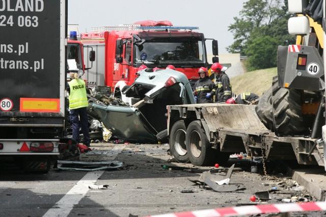 10 czerwca 2016 r. Karambol niedaleko węzła Legnickie Pole. Po karambolu autostrada była zablokowana przez kilkanaście godzin