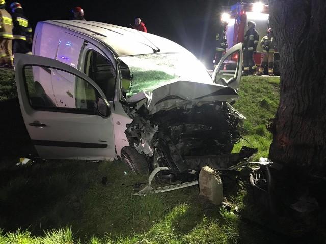 Do zdarzenia doszło w poniedziałek około godz. 2.30 w nocy. Na drodze krajowej nr 77 w Duńkowiczkach pod Przemyślem kierowca osobówki zjechałz drogi i uderzyłw drzewo. Pogotowie ratunkowe zabrało mężczyznę w ciężkim stanie do szpitala.Na miejscu działali strażacy z PSP Przemyśl i OSP Orły. Wkrótce więcej informacji.Aktualizacja, godz. 11.16- Kierujący mercedesem, 60-letni mieszkaniec pow. przemyskiego jadąc w kierunku Orłów, najprawdopodobniej na łuku drogi stracił panowanie nad pojazdem, zjechał z drogi i uderzył w drzewo - powiedziała podkom. Marta Fac z Komendy Miejskiej Policji w Przemyślu.Mężczyzna był trzeźwy.