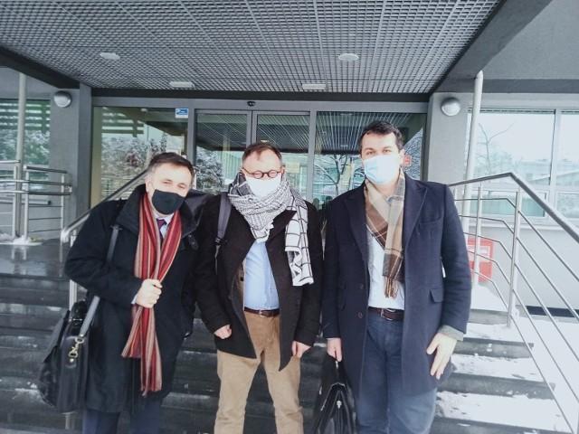 Nauczyciel Michał Sporoń wraz ze swoimi pełnomocnikami, Markiem Stańko i Jarosławem Pawłowskim po ostatnim posiedzeniu wyjaśniającym w Kuratorium Oświaty w Katowicach.
