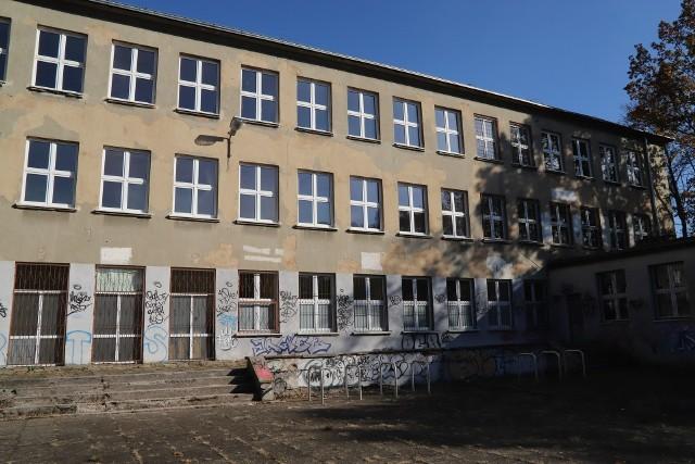 8,9 mln zł to cena wywoławcza w nowym przetargu na sprzedaż nieruchomości po Gimnazjum nr 10 w Łodzi. W październiku 2019 r. nie udało się jej sprzedać za 8,7 mln zł. >>> Czytaj więcej na kolejnym slajdzie >>>