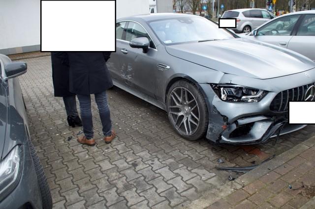 """Zderzenie dwóch mercedesów na ulicy Szczecińskiej. Do wypadku doszło na wysokości słupskiego McDonaldsa w czwartek około godz. 8 rano. 40-letnia kobieta skręcała w lewo z ulicy Szczecińskiej na pobliską stację paliw. Jak ustaliła policja, podczas tego manewru doszło do zderzenia jej auta z taksówką, która jechała w stronę CH Jantar. 70-letni mężczyzna, który prowadził taksówkę, z urazem kręgosłupa trafił do szpitala. Poranne zdarzenie prowadzone jest przez policję pod kątem wypadku. Kierowcy byli trzeźwi.<script async defer class=""""XlinkEmbedScript""""  data-width=""""640"""" data-height=""""360"""" data-url=""""//get.x-link.pl/d16e2330-26ad-5931-2c75-ad3d1e949eae,744f86f2-2413-9cd5-a1bd-ef054e5012f3,embed.html"""" type=""""application/javascript"""" src=""""//prodxnews1blob.blob.core.windows.net/cdn/js/xlink-i.js?v1"""" ></script>"""