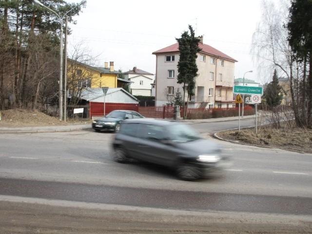 Skrzyżowanie ulicy Jodłowej i Zambrowskiej znajduje się na łuku drogi - m.in. dlatego zapadła decyzja o zamknięciu dla ruchu ulicy Jodłowej. Zorganizowany tu jednak zostanie ruch zastępczy.