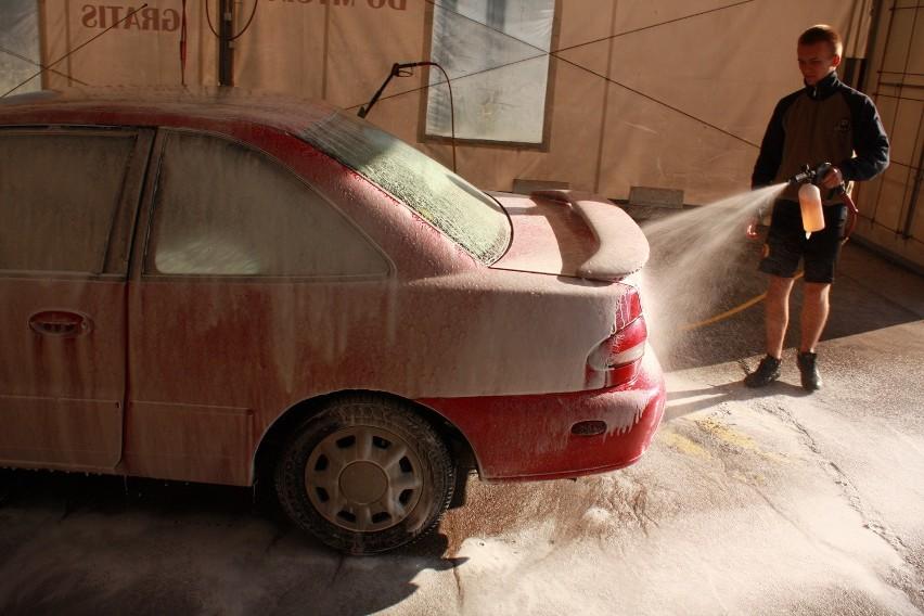 Ręczne mycie auta jest bardziej delikatne niż automatyczne