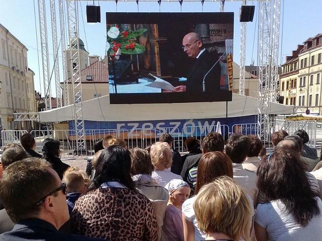 Mieszkancy Rzeszowa oglądają uroczysości Na scenie na Rynku w Rzeszowie zamontowano telebim, na którym licznie przybyli mieszkancy mogą oglądac transmisje uroczystości pogrzebowych pary prezydenckiej.