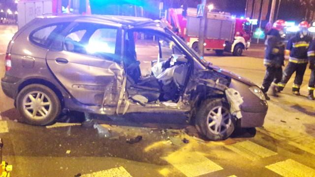 Wypadek na Szarych Szeregów i Wernera w Radomiu. Ranna pasażerka zakleszczona w aucie.