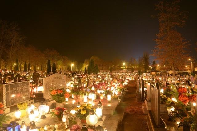 Zobaczcie, jak 1 listopada nekropolie w Sępólnie, Kamieniu i Dużej Cerkwicy wyglądają nocą. Nasz fotoreporter Marcin Misiak odwiedził za dnia również te zapomniane. Na fotografiach uwiecznił cmentarze ukryte w Sępólnie, Więcborku i Trzcianach