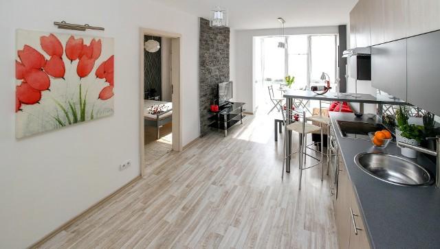 W Białymstoku za wynajęcie mieszkania dwupokojowego trzeba zapłacić od 700 do 2600 złotych (Dane z serwisu OLX z 2 sierpnia 2021 roku).