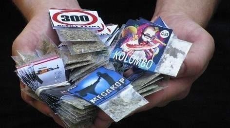 """- Klienci wiedzą wszystko o dopalaczach i nie zadają głupich pytań - mówi właściciel sklepu kolekcjonerskiego Legal w centrum Gorzowa, który pokazał nam kilka rodzajów """"legalnych narkotyków"""" (fot. Krzysztof Korsak)"""
