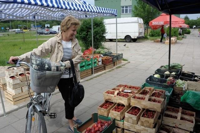 Ewa Antosiak wczoraj zrobiła zakupy na ryneczku przy ul. Witosa. Uważa, że owoce są w takich miejscach dobre i niedrogie.
