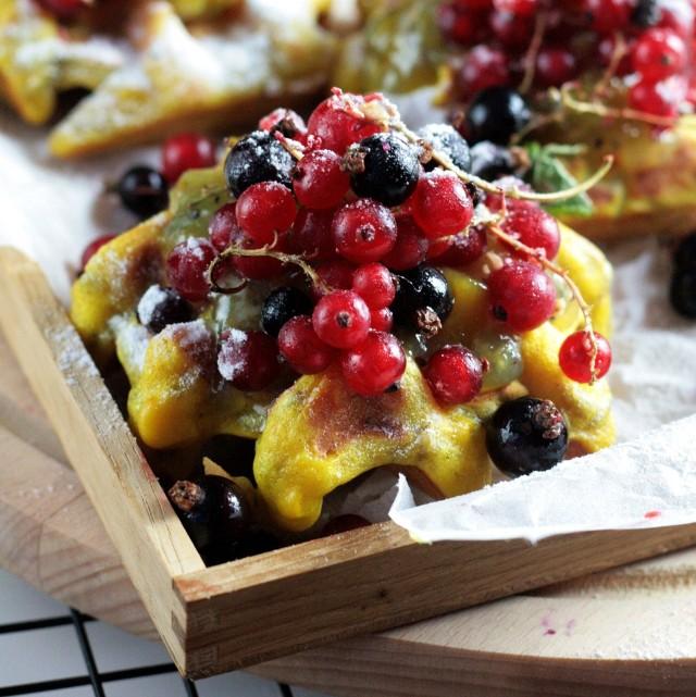 Chrupiące gofry z sezonowymi owocami. Zobaczcie przepis!