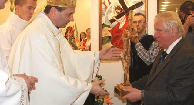Krzyż z drzewa oliwnego do nowej kaplicy wręczył na ręce biskupa doktor Zbigniew Tański