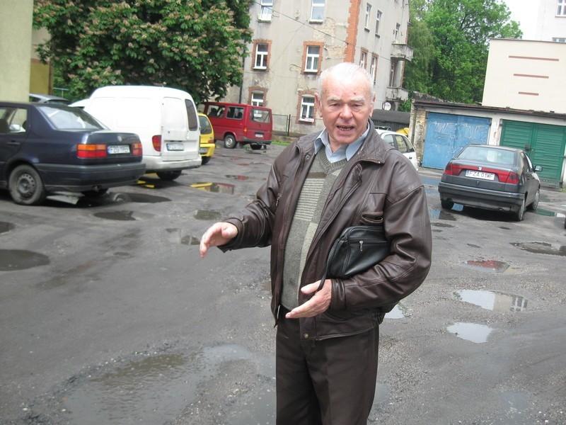 - Na tym parkingu jest tyle dziur, że można sobie uszkodzić auto - mówi Tadeusz Grzyb.