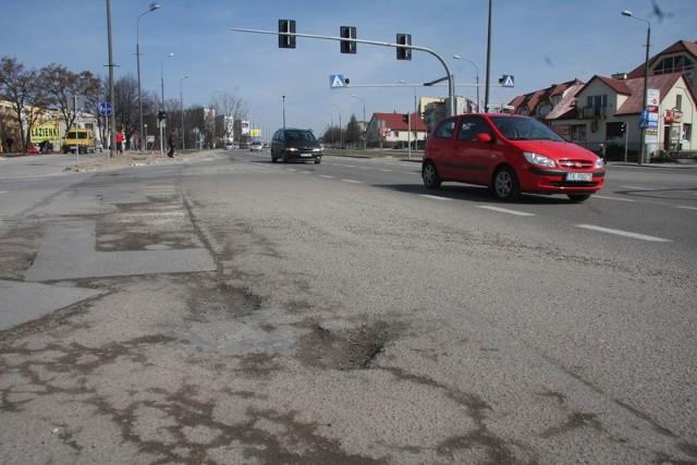 Światła zamontowane dla rowerzystów na ulicy Warszawskiej zostaną uruchomione po pomalowaniu oznakowań na ścieżce i jezdni. Trzeba też naprawić wyrwy w drodze, bo po zimie wygląda ona jak ser.