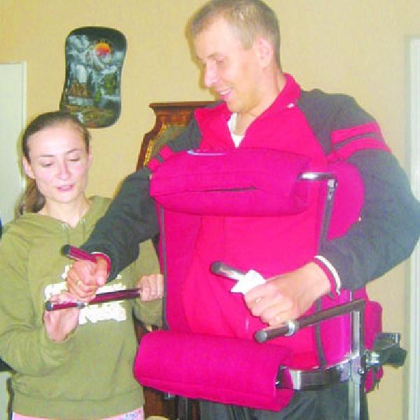 W codziennych ćwiczeniach Łukasza Bonkiewicza wspiera cała rodzina. Na zdjęciu żona pomaga mu w nauce stania i chodzenia.