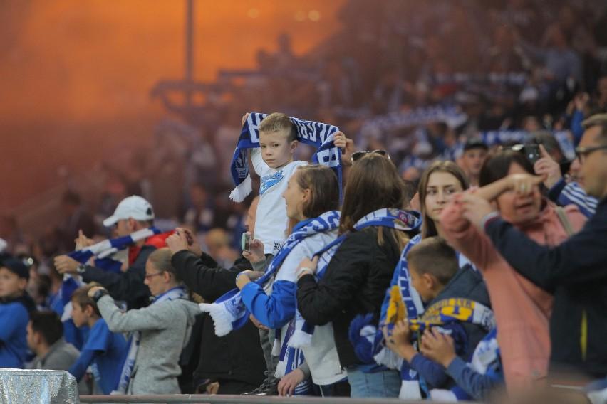 Klub piłkarski i jego kibice tworzą specyficzną społeczność....
