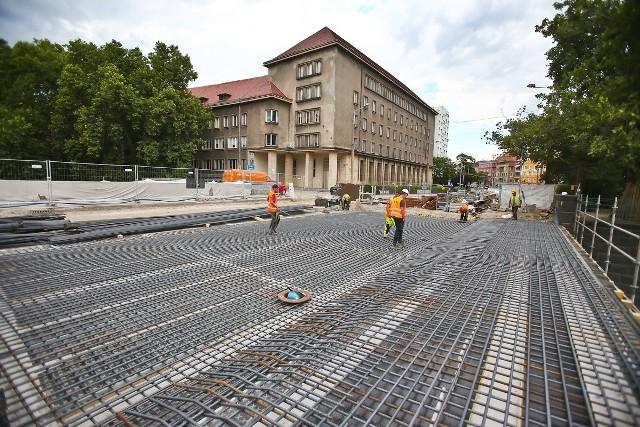 Bardziej zaawansowane prace, toczą się w północnej części mostu. Tutaj budowlańcy układają stalowe zbrojenie na które zostanie wylany beton a następnie asfalt.