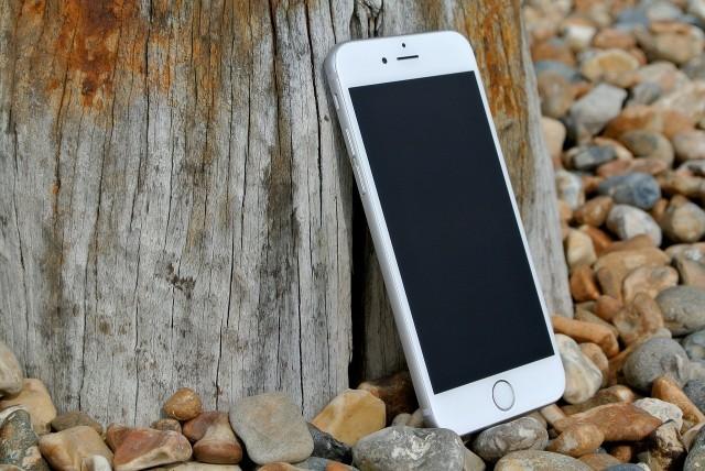 Coraz więcej osób nie wyobraża sobie codzienności bez smartfonów. Obecnie telefony służą nie tylko do kontaktów głosowych czy pisania krótkich wiadomości tekstowych. Zobaczcie, jakie błędy popełniamy przy użytkowaniu smartfonów. Szczegóły na kolejnych zdjęciach >>>>
