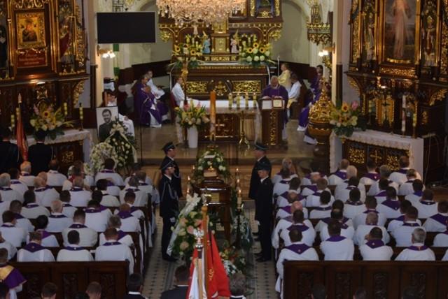 Mszy pogrzebowej przewodniczył biskup tarnowski Andrzej Jeż, pożegnalną homilię wygłosił biskup Leszek Leszkiewicz.