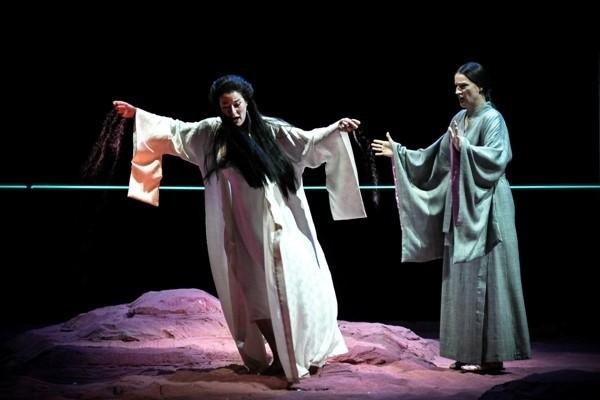 """""""Madama Butterfly"""" w Operze na ZamkuOpera na Zamku  zaprasza na spektakle opery """"Madama Butterfly"""" Giacoma Pucciniego w reżyserii Pii Partum, pod dyrygenturą Vladimira Kiradjieva. Najsłynniejsza kobieta w historii opery, a przy tym niebywałe wyzwanie wokalno-aktorskie, bo śpiewaczka grająca rolę Butterfly musi zmierzyć się z całym wachlarzem skrajnych emocji i nie schodząc ze sceny, śpiewać łącznie przez niemal 90 minut. Ślub zawarty zgodnie z tradycją na 999 lat, czyli dramat po japońsku. Opera opowiada tragiczną historię związku naiwnej gejszy i amerykańskiego porucznika. Ze ślubu na 999 lat nic nie wyjdzie… Szczecińskie przedstawienie, nawiązujące do poetyki filmów Larsa von Triera, osadzone w tętniącym życiem współczesnym Tokio jest wzbogacone o postać tancerza – alter ego Butterfly, a także o multimedialne projekcje.Madama Butterfly,  14 marca o 19, 15 marca o godz. 18, Opera na Zamku, bilety 35-90 zł."""