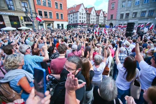Taki tłum pojawił się w niedzielę na Rynku we Wrocławiu m.in. za namową prezydenta Jacka Sutryka