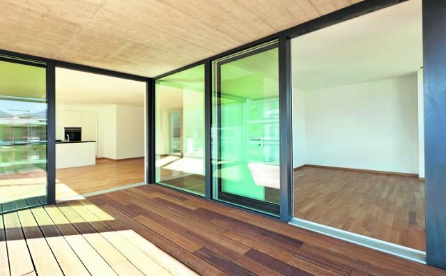 Panoramiczne przeszklenia optycznie powiększają i rozjaśniają przestrzeń mieszkalną