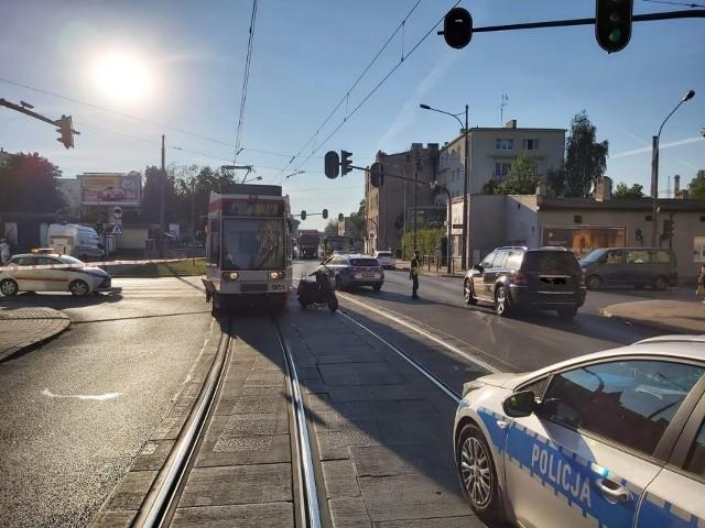 Mimo starań lekarzy, 51-letni kierowca skutera - który w piątek po południu na Bałutach zderzył się z tramwajem - zmarł. CZYTAJ WIĘCEJ, ZOBACZ ZDJĘCIA