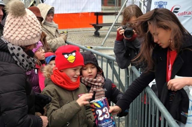 Koszulkę WOŚP-u za 51 złotych wylicytował chłopiec w czerwonej czapce. Oczywiście wcześniej skonsultował się ze swoja mamą.