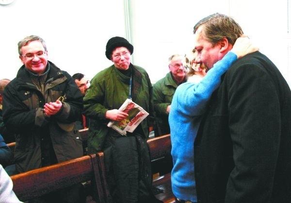 Wygrałeś! Wygrałeś! - cieszyli się w sądzie koledzy Krzysztofa Wasilewskiego. Po ogłoszeniu wyroku jedna z działaczek WiR rzuciła się mu na szyję i ucałowała.