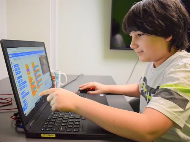 """""""Koduj z Gigantami"""". Bezpłatna nauka programowania dla uczniów"""