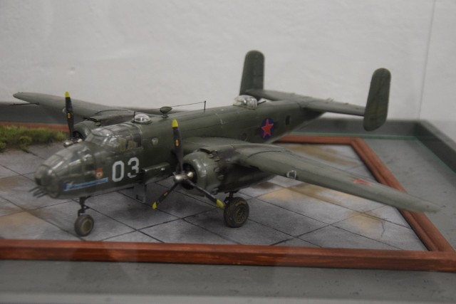 """Wystawa pt. """"B-25 Mitchell - historia katastrofy w lesie Gołys"""" w Muzeum Śląskiego Września 1939. Model zestrzelonego samolotu, z numerem bocznym 03"""